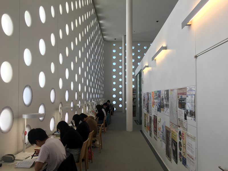 金沢海みらい図書館 自習席